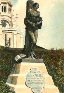 Chevalier François-Jean Lefebvre de La Barre. Cette sculpture mettait en scène le supplice. Elle a été détruite en 1941 pour en récupérer le bronze.