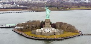 "crédit d'auteur : ""Liberty Island photo D Ramey Logan.jpg de Wikimedia Commons par D Ramey Logan, CC-BY 4.0"""